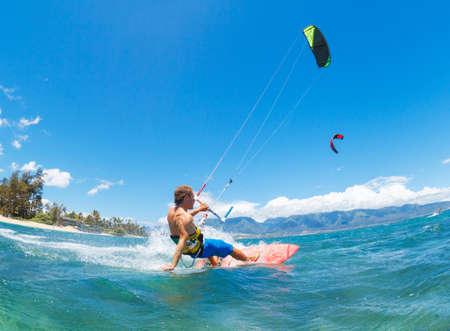 Jeune homme KiteBoarding, Fun dans l'océan, Extreme Sport Kitesurf