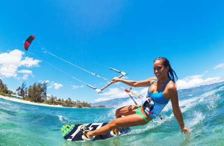 papalote: Mujer joven atractiva KiteBoarding, Diversión en el océano, deporte extremo Kitesurf Foto de archivo