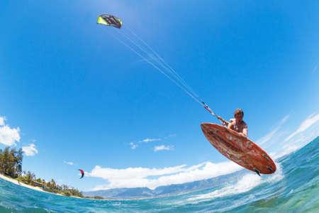 바다에서 젊은 남자 카이트 보딩, 재미, 익스 트림 스포츠 카이트 서핑