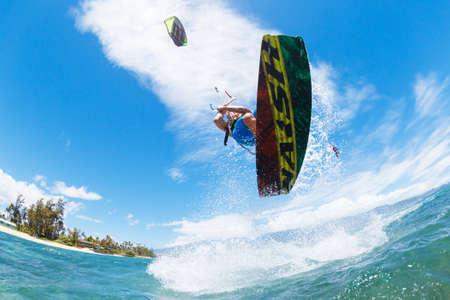kite surfing: Jonge Man Kiteboarding, Plezier in de oceaan, Extreme Sport Kitesurfen Stockfoto