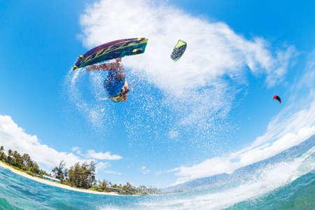 kitesurfen: Jonge Man Kiteboarding, Plezier in de oceaan, Extreme Sport Kitesurfen Stockfoto