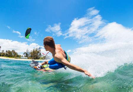 kitesurfen: Jongeman kiteboarding, Fun in de oceaan, Extreme Sport Kitesurfen
