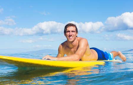 Junge Attraktive Mann am Stand Up Paddle Board, SUP, im Blue Waters vor Hawaii