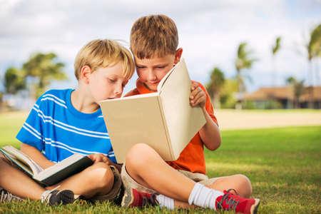 幸せな子供、少年、友情の外の本を読んで、概念の学習