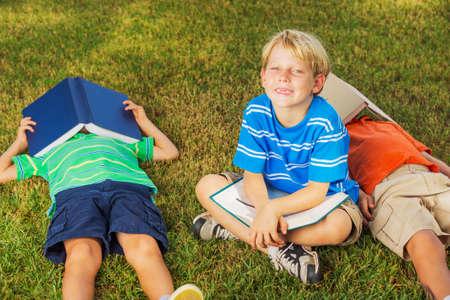 幸せな子供、友情の外の本を読んで、概念の学習のグループ 写真素材