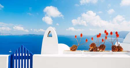 白い建築物と青い海、サントリーニ島、ギリシャ