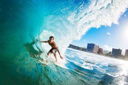 surfeur: Surfer sur la vague Ocean Blue dans le tube Obtenir Barreled Banque d'images