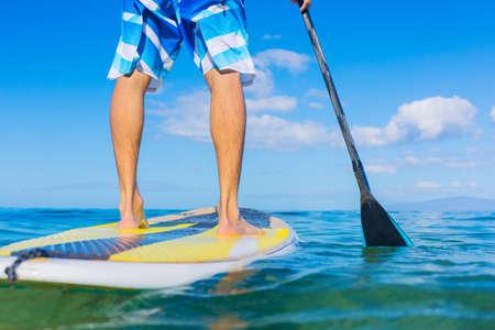 魅力的な若い男パドル サーフィン ハワイ、美しい熱帯海洋アクティブなビーチのライフ スタイルに立ち上がる 写真素材