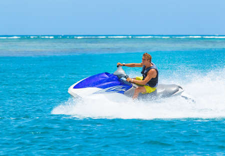 jet ski: Jeune homme sur Jet Ski, Ocean Tropical, Vacances Concept