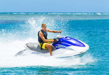 熱帯海洋ジェット スキー休暇の概念上の若い男