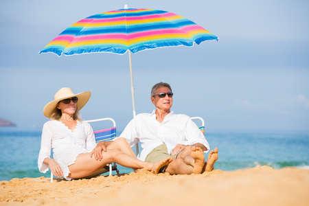edad media: Feliz Pareja Romántica Edad media que se relaja en la playa tropical, vacaciones Concept Foto de archivo