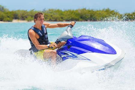 moto acuatica: Hombre en Jet Ski se divierten en el océano Foto de archivo