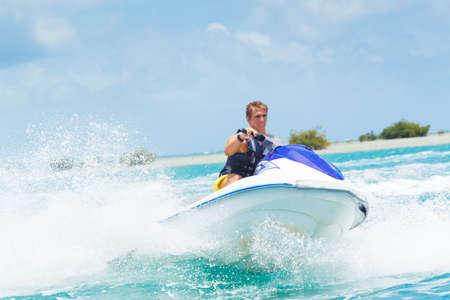 jet ski: Man sur Jet Ski s'amuser dans l'oc�an