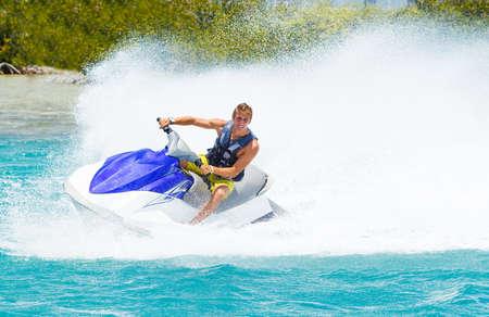 jet ski: Man sur Jet Ski amuser dans l'oc�an Banque d'images