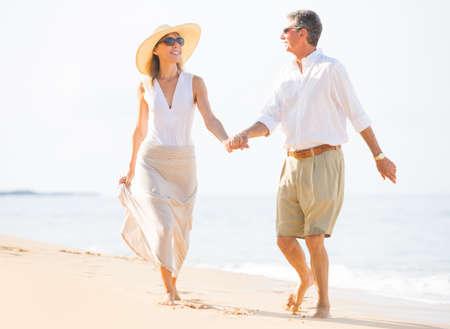 Happy Romantic Couple Walking on the Beach Reklamní fotografie