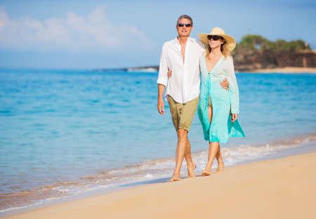 Happy Romantic Couple Walking on the Beach Imagens