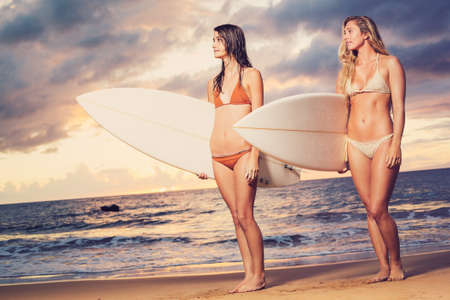 Beautiful Girls Sexy Surfer en la playa al atardecer photo