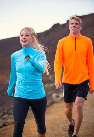 procházka: Fitness sportovní pár chůzi venku, cvičit spolu venku. Chůze na úžasné cross country stezky při západu slunce