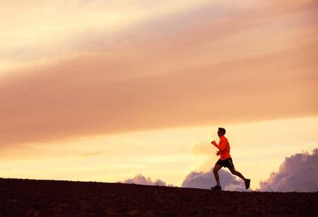 piernas hombre: Male runner silueta, hombre corriendo en la puesta del sol, cielo colorido atardecer