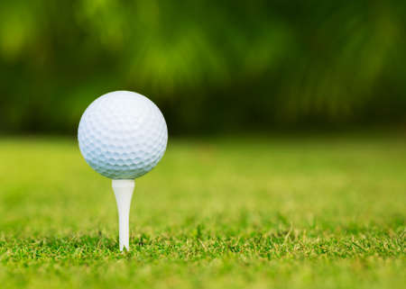 Close up view of golf ball on tee on golf course Foto de archivo