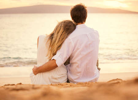 석양을보고 해변에서 낭만적 인 저녁을 즐기는 젊은 부부 사랑, 매력적인 남자와 여자