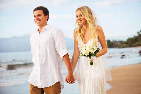 Sólo matrimonio paseando por la playa al atardecer, Boda Hawaii Beach