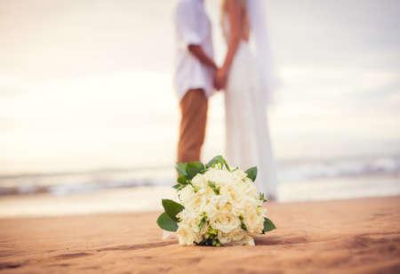 pareja de esposos: Apenas pares casados ??tomados de la mano en la playa, boda de playa de Hawaii