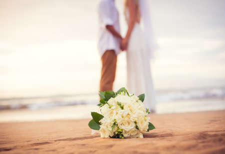 Net getrouwd paar hand in hand op het strand, Hawaii Beach Wedding Stockfoto