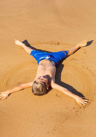 Happy cute kleines Kind mit auf dem warmen Sand am tropischen Strand in Hawaii Standard-Bild - 25094024