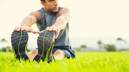 fitness: Attraktive fit junge Mann Stretching vor dem Training