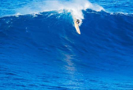 하와이에서 거 대 한 바다 물결을 타고 극단적 인 써 퍼 야