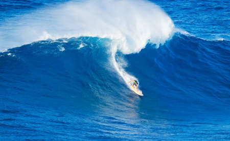 granola: Surfer Extreme equitación ola gigante del océano en Hawaii