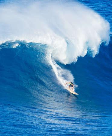 ハワイでの極端なサーファー乗馬巨大な海の波 写真素材