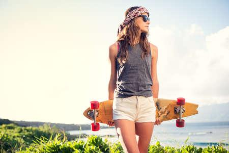 패션 라이프 스타일, 스케이트 보드와 함께 아름 다운 젊은 여자 일몰 백라이트