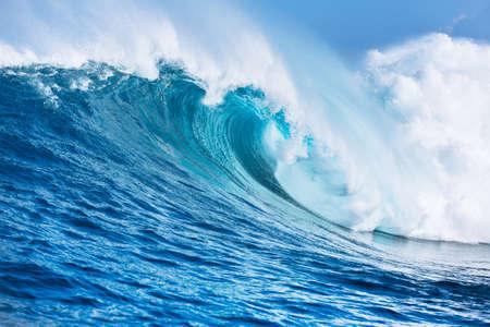 cielo y mar: Gran Potente Ocean Wave Foto de archivo