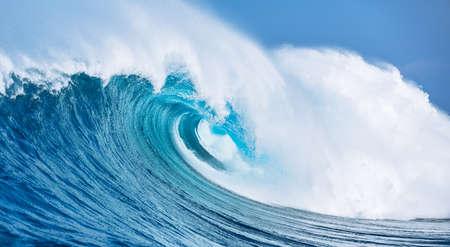 大規模な強力な海の波