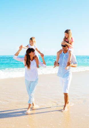 Šťastná rodina baví na pláži