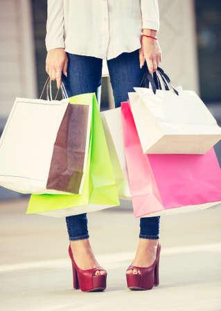 Aantrekkelijke jonge vrouw winkelen in het winkelcentrum