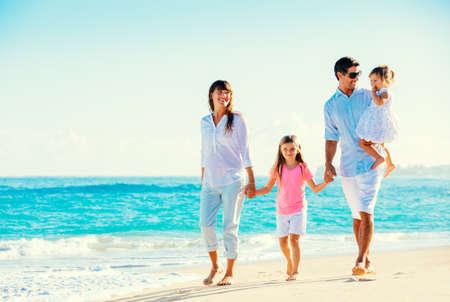 Familia feliz que se divierte en la playa tropical Foto de archivo - 26962121