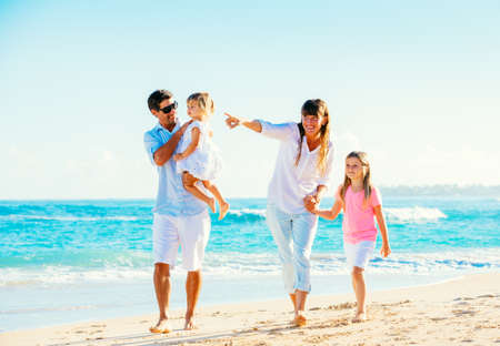 Happy Family se amusent sur la plage tropicale Banque d'images - 26962125