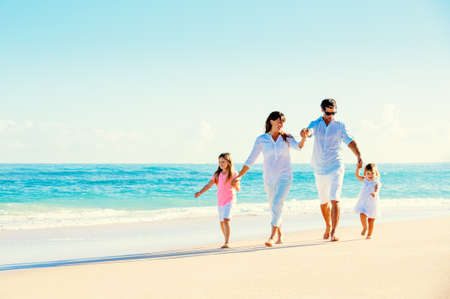 아름 다운 맑은 해변에서 재미 행복 한 가족