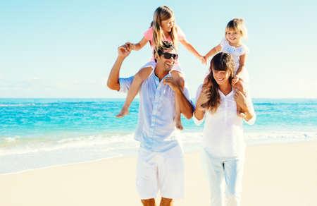 Happy Family se amusent sur Belle Sunny Beach Banque d'images - 26962140