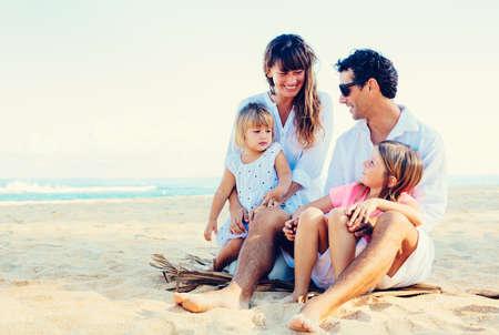 familias jovenes: Familia feliz en la playa, calidad tiempo en familia, estilo de vida Concepto Foto de archivo