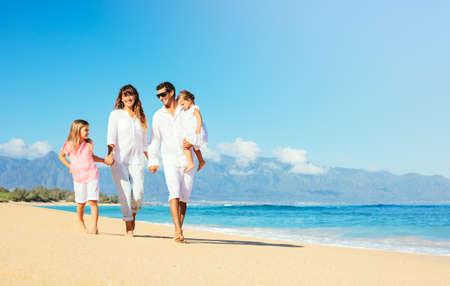 Glückliche Familie, die Spaß am schönen Sonnenstrand
