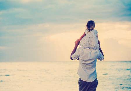아버지와 딸 일몰 해변에서 함께 연주. 행복 재미 미소 라이프 스타일 스톡 콘텐츠