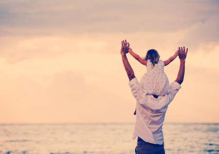 padre e hija: Padre e hija jugando juntos en la playa al atardecer. Diversión sonriente feliz Lifestyle