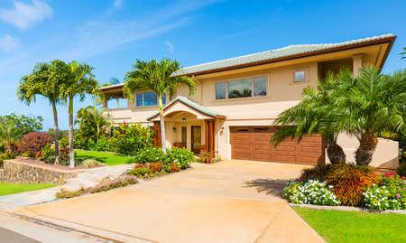 美しいホーム外観、贅沢な家、晴れた青空 写真素材