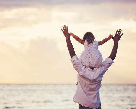familia feliz: Padre amoroso sano e hija jugando juntos en la playa al atardecer feliz sonrisa de la diversión del estilo de vida Foto de archivo