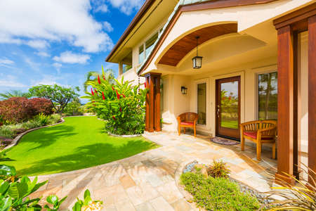 贅沢な家の家の外面美しい晴れた青い空