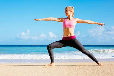 ビーチで走っている運動フィットネス女性。ジョギング女性ランナー。屋外トレーニング。フィットネスの概念。